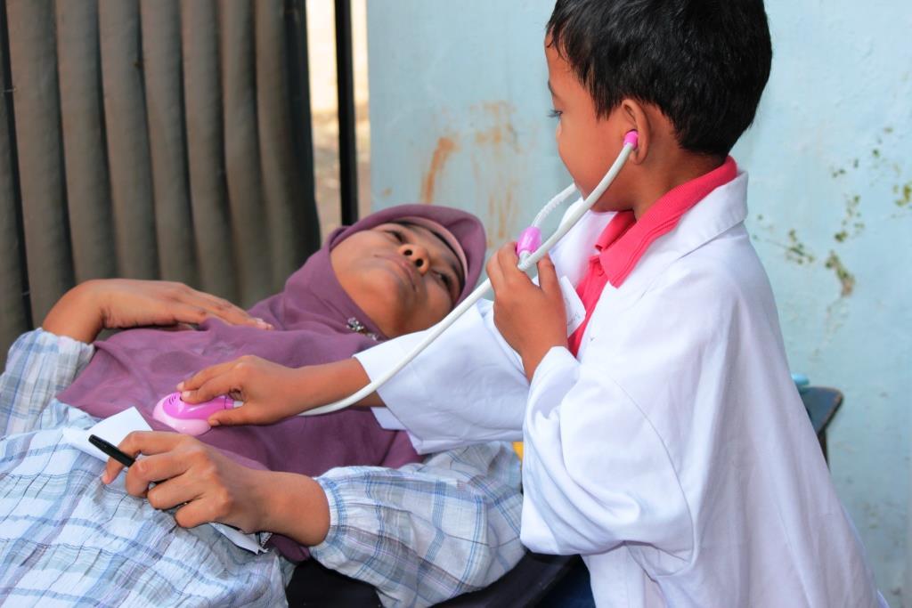Anak bermain peran sebagai dokter di Sentra Main Peran