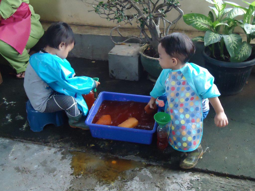 Anak sedang bermain menuang air di Sentra Bahan Alam TK Batutis Al-Ilmi